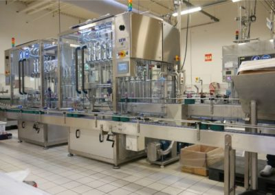 Flexible filling line for cosmetic pucks